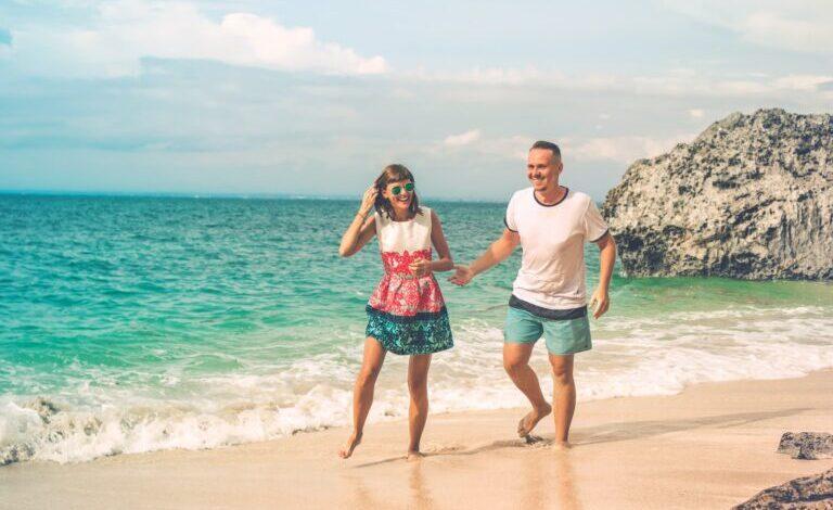 mujer y hombre en la playa - 5 trucos para enamorar a una chica