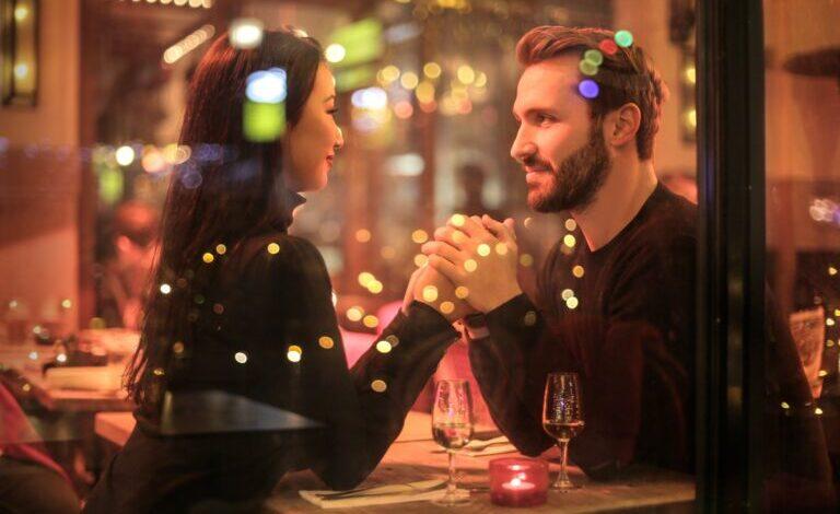 hombre y mujer cenando ¿Cómo saber si estás list@ para una relación?